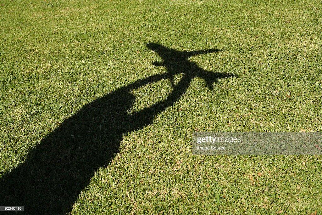 シャドーの少年ながらトーイ飛行機 : ストックフォト