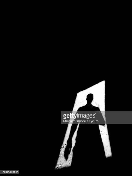 shadow of person standing in doorway - ombra in primo piano foto e immagini stock