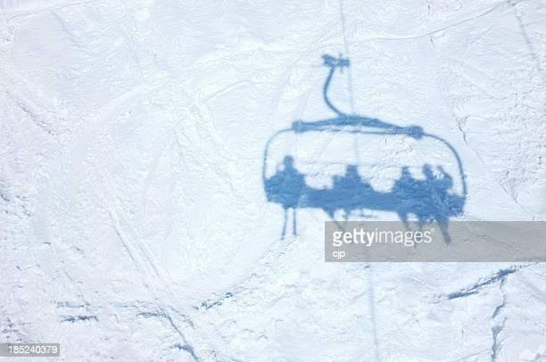 Ombre de skieurs sur le télésiège sur Piste