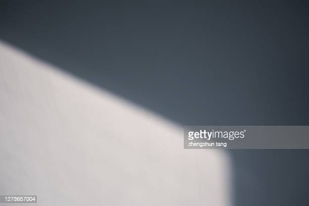 shadow of window on wall at sunrise. - schlagschatten stock-fotos und bilder