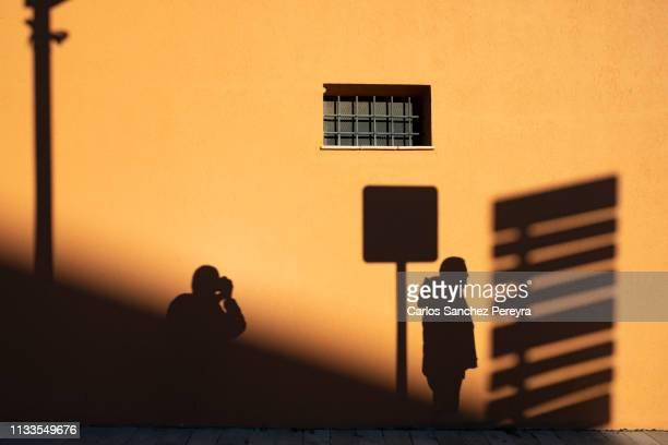 shadows in a wall - zonsopgangen en zonsondergangen stockfoto's en -beelden