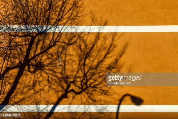 shadows on the wall - vicente méndez fotografías e imágenes de stock