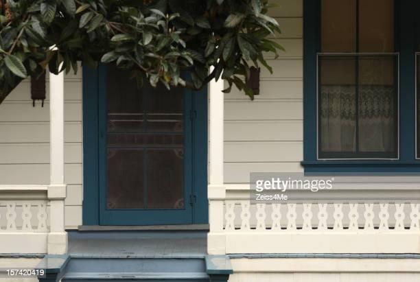 Porche a la sombra en la antigua casa de estilo victoriano tiempo