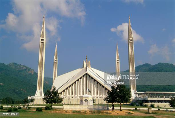 shah faisal mosque - islamabad stock pictures, royalty-free photos & images