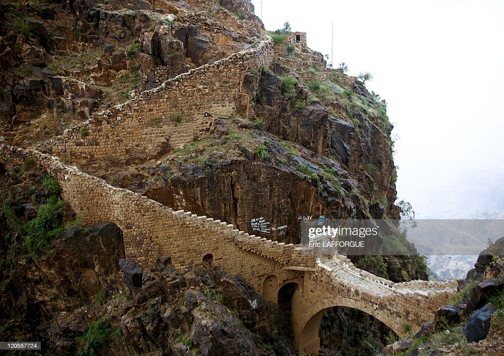 Shaharah bridge in Yemen on May 21, 2006 - The Shaharah bridge was built to fight Turkish invaders in the XVIIth century. The legend says that the local people can remove the bridge in few minutes in case of imminent danger.