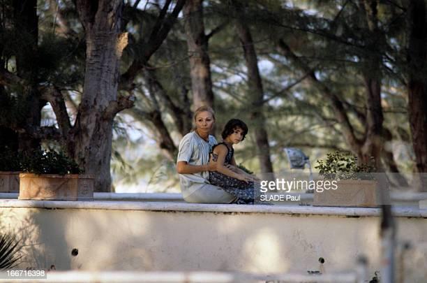Shahbanou Farah Pahlavi Leila And Her Daughter On Paradise Island In The Bahamas Aux Bahamas en juin 1979 la Shahbanou Farah PAHLAVI et sa fille...