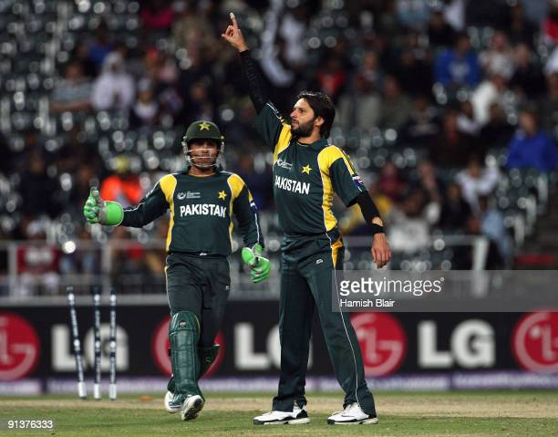Shahid Afridi of Pakistan celebrates the wicket of Ross Taylor of New Zealand with Kamran Akmal of Pakistan looking on during the ICC Champions...
