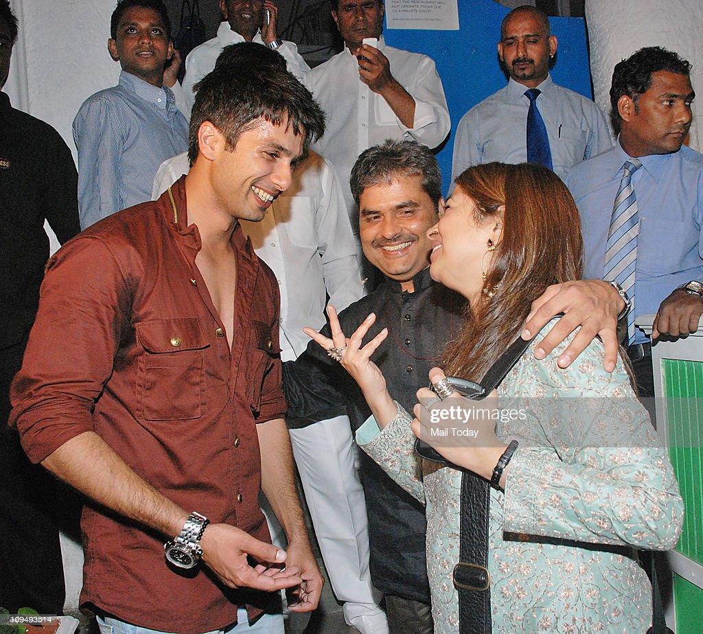 Shahid Kapoor with Rekha Bhardwaj and Vishal Bhardwaj at his birthday bash at Olive in Bandra on February 25 2011
