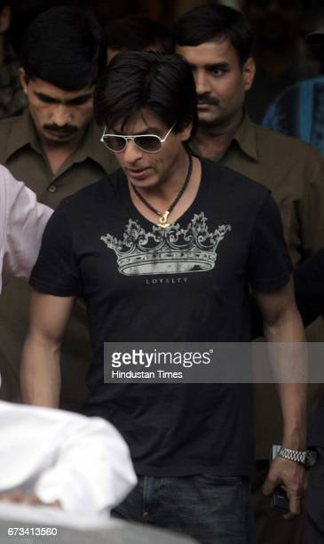 Shahrukh Khan SRK Shah Rukh Khan leaves Lilavati after meeting Amitabh Bachchan