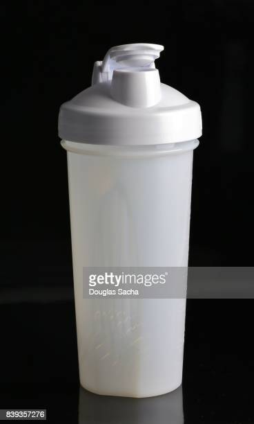 Shaker bottle for mixing and blending nutritional health beverage