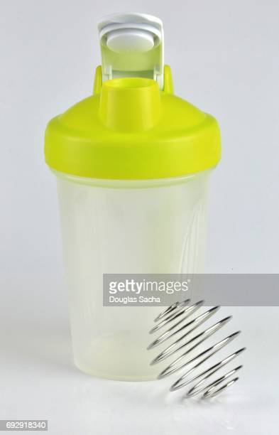 Shaker bottle for mixing and blending nutritional health beverages