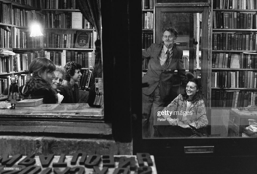 People Meeting in the Shakespeare and Company Bookstore : Photo d'actualité