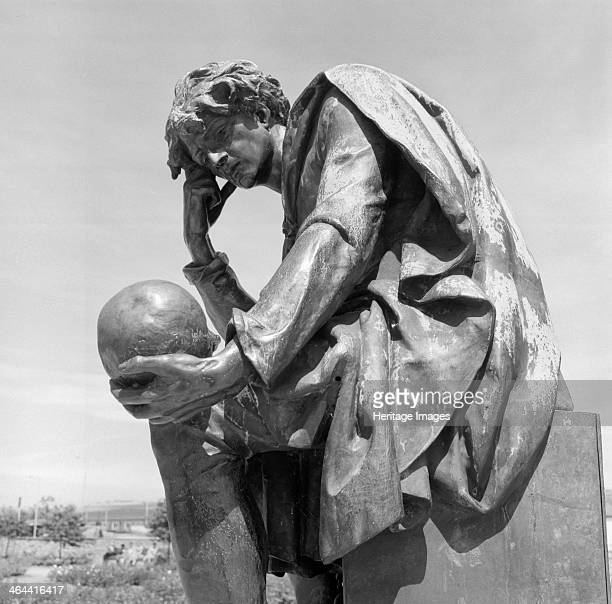 Shakespeare Memorial StratforduponAvon Warwickshire 19451980 Statue of Hamlet Detail of the bronze sculpture erected in 1888 and dedicated to William...
