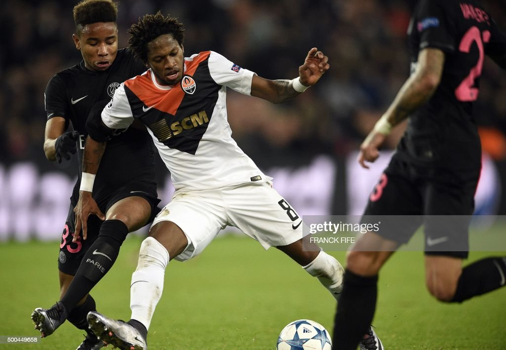 Shakhtar Donetsk's Brazilian midfielder Fred (C) controls the ball during the UEFA Champions League Group A football match between Paris-Saint-Germain and Shakhtar Donetsk on December 8, 2015 at the Parc des Princes stadium in Paris. AFP PHOTO / FRANCK FIFE / AFP PHOTO / Franck FIFE