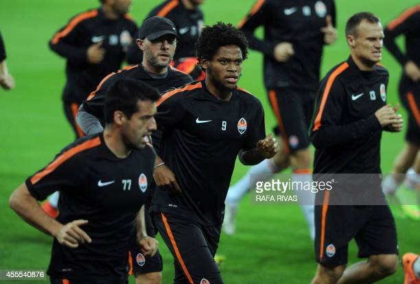Shakhtar Donetsk's Brazilian midfielder Fred jogs with teammates during a training session at the San Mames stadium in Bilbao on September 16 on the...