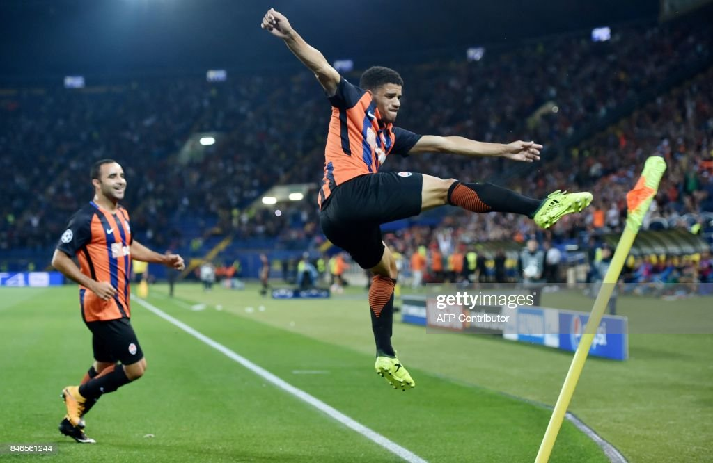 FC Shakhtar Donetsk's Taison (C) celebrates with a teammate after scoring during the UEFA Champions League Group F football match between FC Shakhtar Donetsk and SSC Napoli at The Metalist Stadium in Kharkiv on September 13, 2017. /