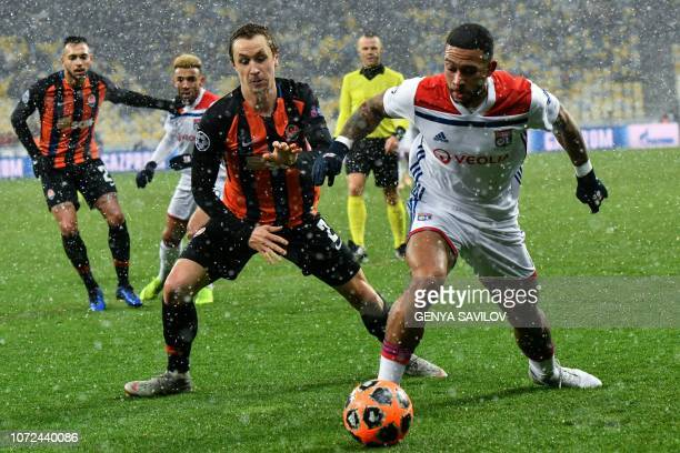 Shakhtar Donetsk's Ukrainian defender Mykola Matviyenko vies for the ball with Lyon's Dutch forward Memphis Depay during the UEFA Champions League...