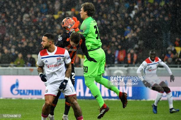Shakhtar Donetsk's Ukrainian goalkeeper Andriy Pyatov vies for the ball with Lyon's Dutch forward Memphis Depay during the UEFA Champions League...