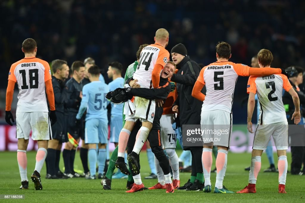 Shakhtar's players celebrate after winning the UEFA Champions League group F football match between Shakhtar Donetsk and Manchester City, on December 6, 2017, at the Metalist stadium in Kharkiv, Eastern Ukraine. / AFP PHOTO / Genya SAVILOV