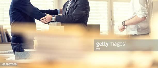 Hochant la main avec le client