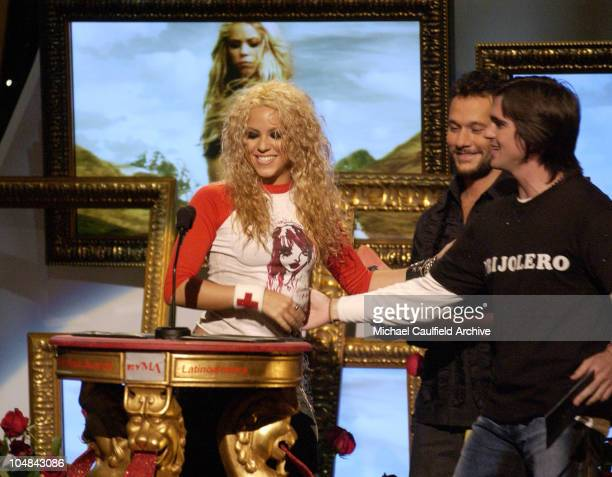 Shakira accepts the Best Female Artist of the Year award from Diego Torres and Juanes during the MTV Video Music Awards Latinoamerica 2002