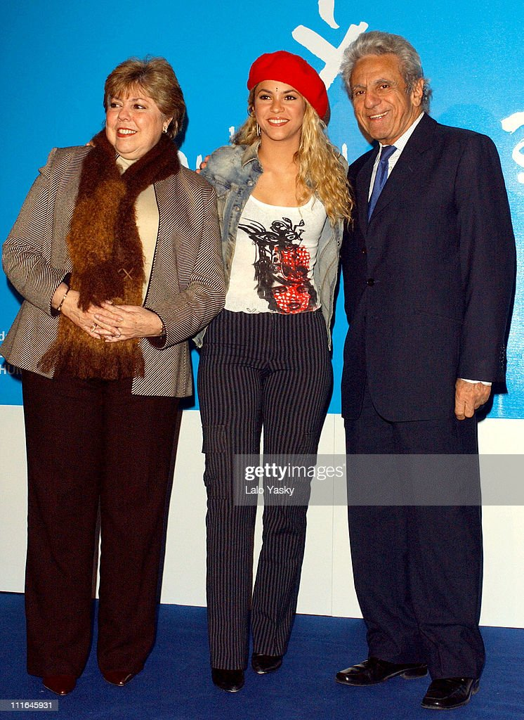 COLOMBIA - Etnografía, cultura y mestizaje Shakira-and-her-parents-father-william-mebarak-and-mother-nidia-del-picture-id111645931