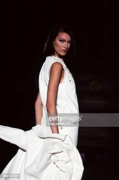 Shalom au défilé Versace HauteCouture collection AutomneHiver 199596 à Paris en juillet 1995 France