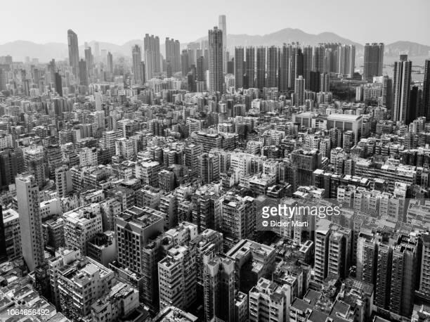 sham shui po residential district in kowloon, hong kong - unterschicht stereotypen stock-fotos und bilder