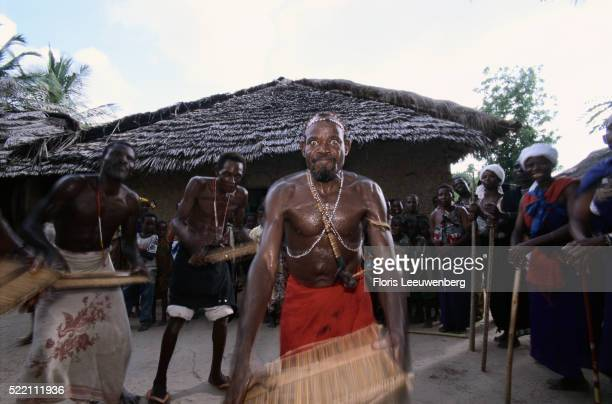 shaman performing healing ceremony - sorcier africain photos et images de collection