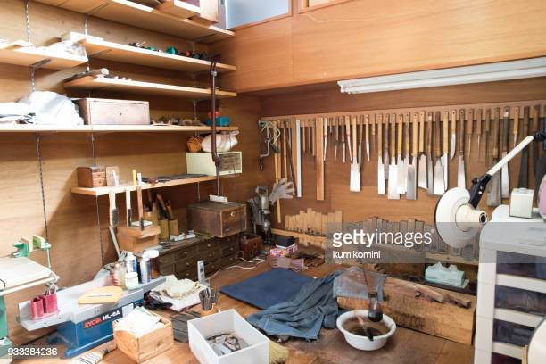 shamisen, craft man workshop - vangen imagens e fotografias de stock