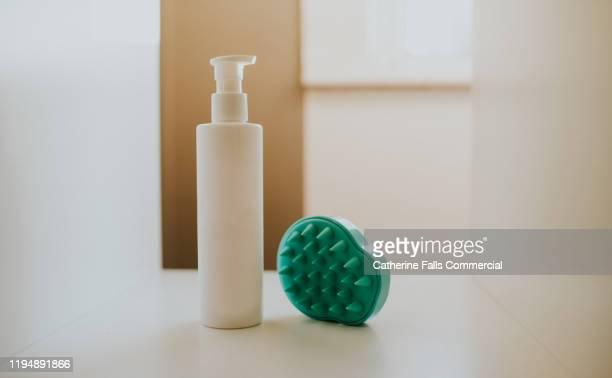 shampoo bottle and brush - cheveux naturels photos et images de collection