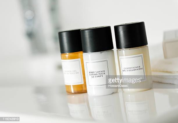 shampoo, conditioner and soap bottles - shampoo stockfoto's en -beelden