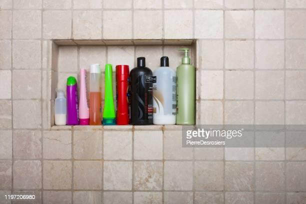 shampoos conditioners en vloeibare zepen in douche. - shampoo stockfoto's en -beelden