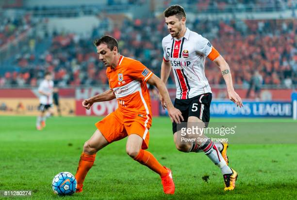 Shandong Luneng FC midfielder Walter Montillo fights for the ball with FC Seoul midfielder Osmar Barba Ibanez during the AFC Champions League 2016...
