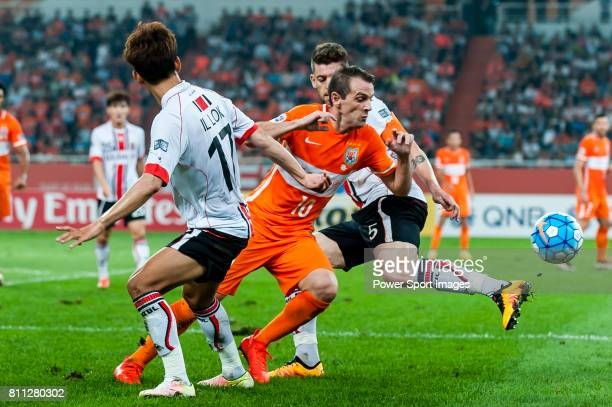 Shandong Luneng FC midfielder Walter Montillo fights for the ball with FC Seoul forward Yun Illok during the AFC Champions League 2016 Quarter Final...