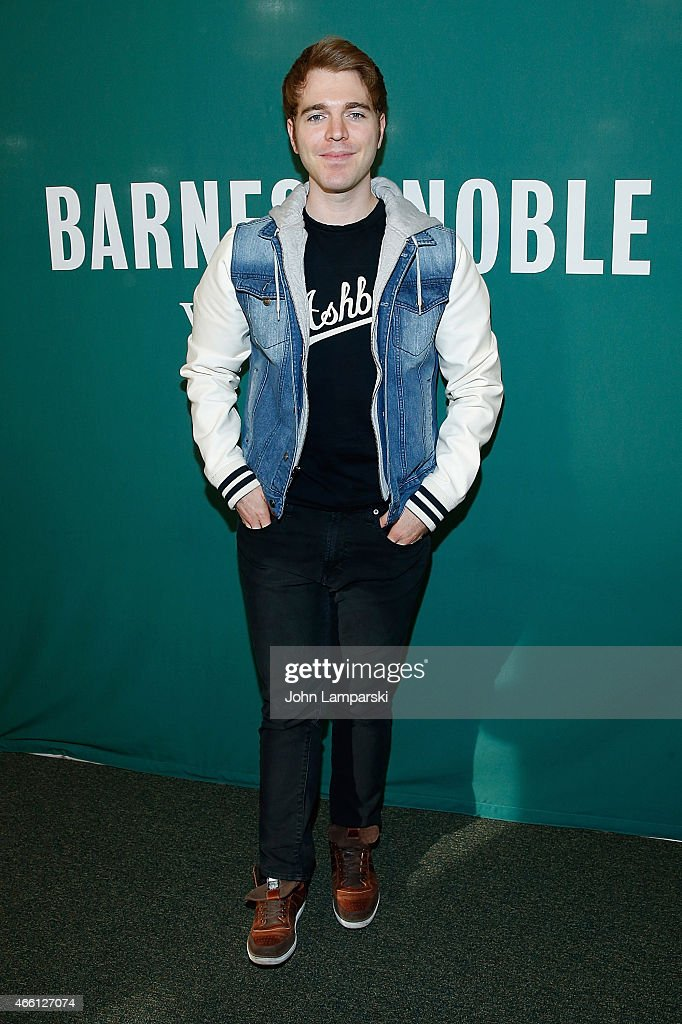"Shane Dawson Promotes His New Book ""I Hate Myselfie: A Collection of Essays by Shane Dawson"" : News Photo"