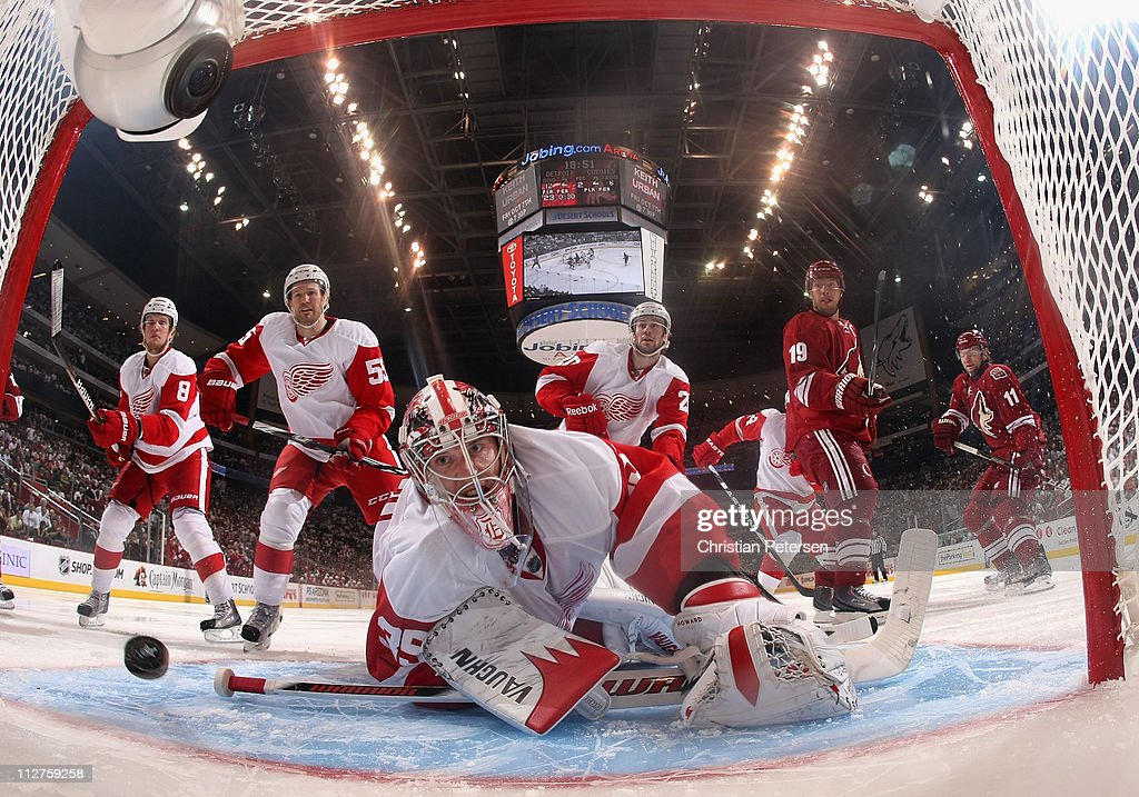 Detroit Red Wings v Phoenix Coyotes - Game Four : News Photo
