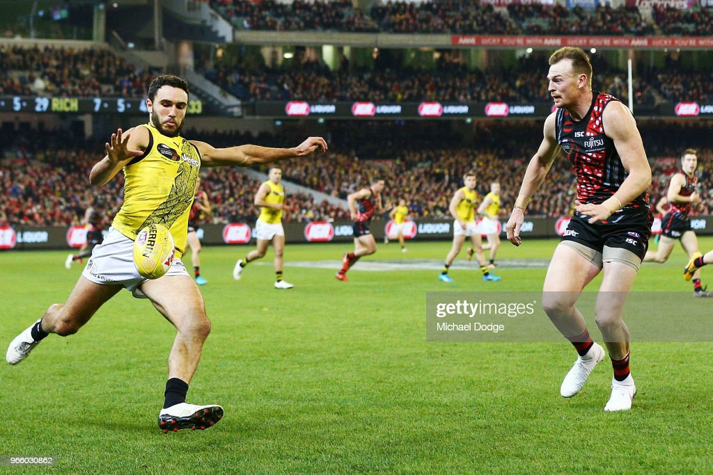 AFL Rd 11 - Essendon v Richmond : ニュース写真