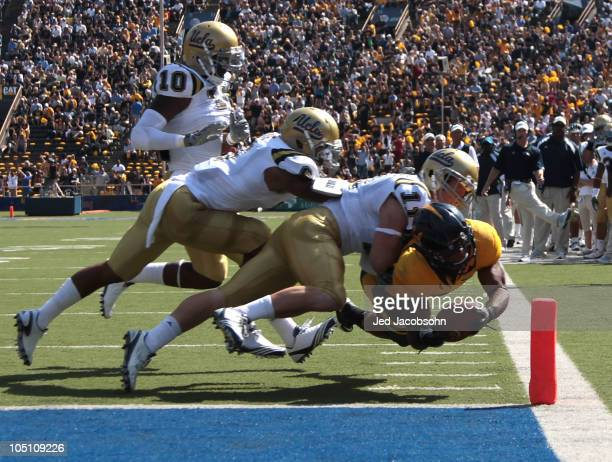 Shane Vereen of the California Golden Bears runs for a touchdown against Sean Westgate of the UCLA Bruins in the first half at California Memorial...