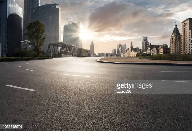 shanghai bund financial district and road. - stadsstraat stockfoto's en -beelden