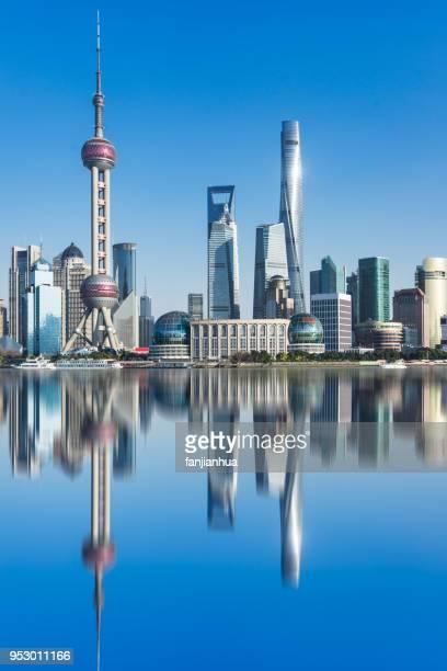 shanghai bund skyline against blue sky - pudong - fotografias e filmes do acervo