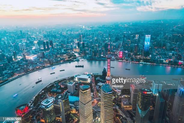 shanghai china bij zonsondergang - shanghai stockfoto's en -beelden