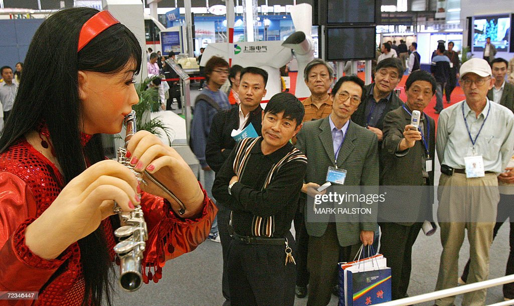Chinese visitors view a robot playing a : Nachrichtenfoto