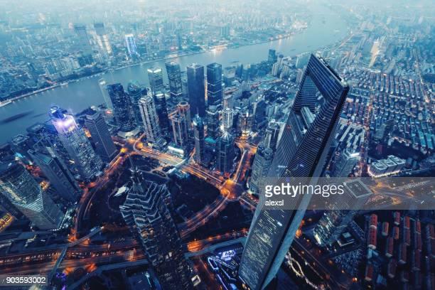 xangai à noite vista aérea de horizonte de arranha-céus modernos de china - china oriental - fotografias e filmes do acervo