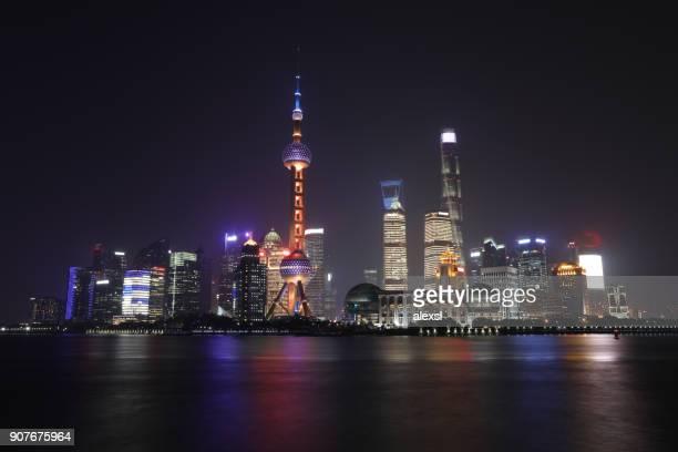 a noite torre china modernos arranha-céus horizonte distrito financeiro de xangai - china oriental - fotografias e filmes do acervo