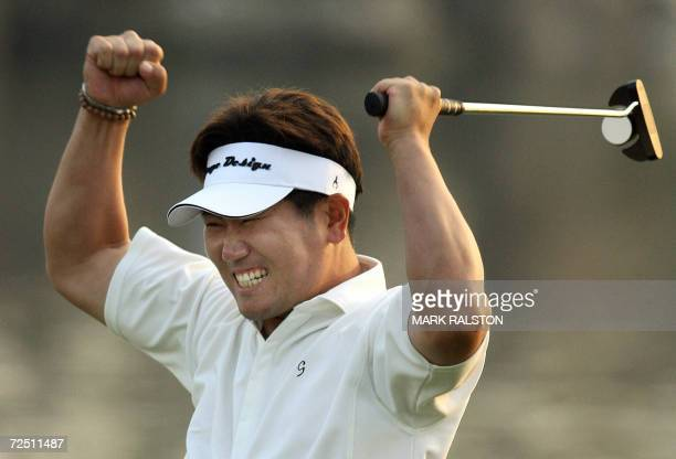 Yang YongEun of South Korea celebrates after winning the HSBC Champions Golf tournament at the Sheshan golf club in Shanghai 12 November 2006 South...