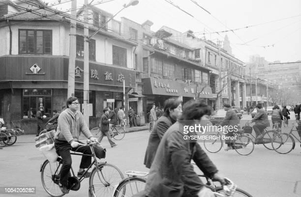 Shanghai Chine Janvier 1988 Aspects de la ville et de sa population Ici des cyclistes traversant un carrefour dans un vieux quartier