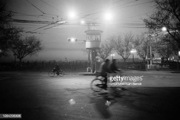 Shanghai Chine Janvier 1988 Aspects de la ville et de sa population Ici quelques vélos circulant à un carrefour de nuit