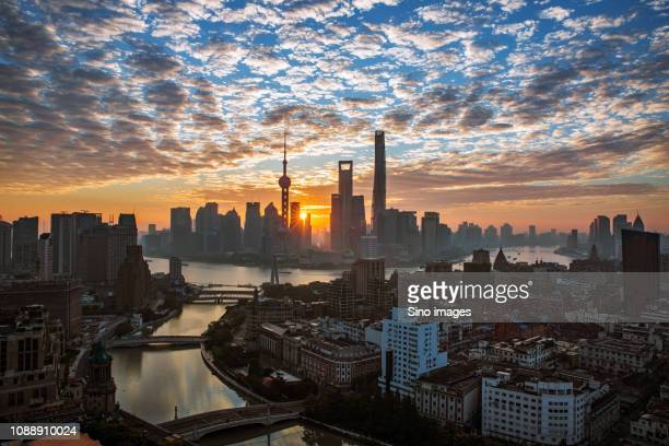 shanghai cityscape at sunset, china - image stockfoto's en -beelden