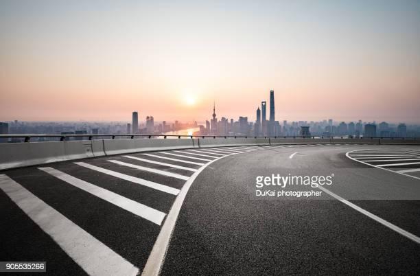 shanghai empty highway - freie straße stock-fotos und bilder